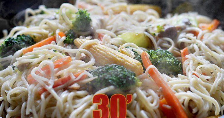 Wok de nouilles chinoises sautées aux légumes